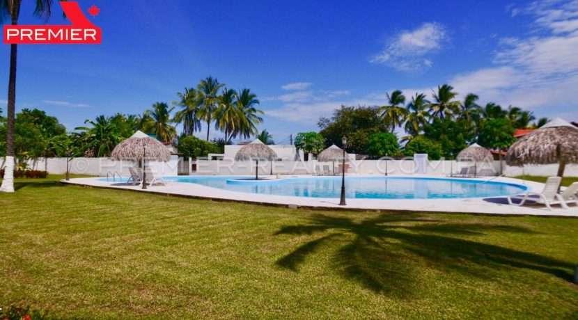 Los Jardines del Rompio piscina panama real estate