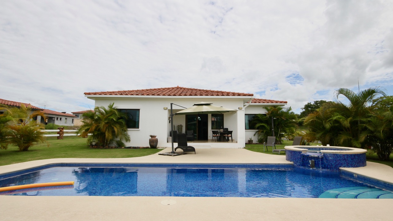 3-BEDROOM VILLA, LARGE POOL AND JACUZZI